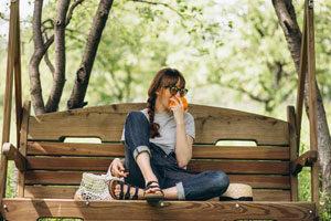 Une femme faisant une pause repas dans la nature